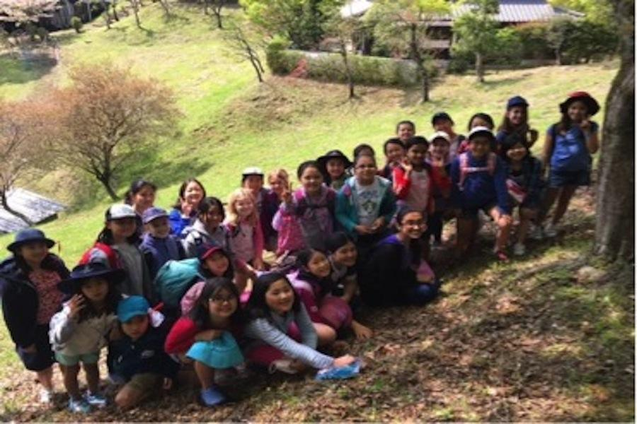 The 4th grade class and the counsellors ready to hike.