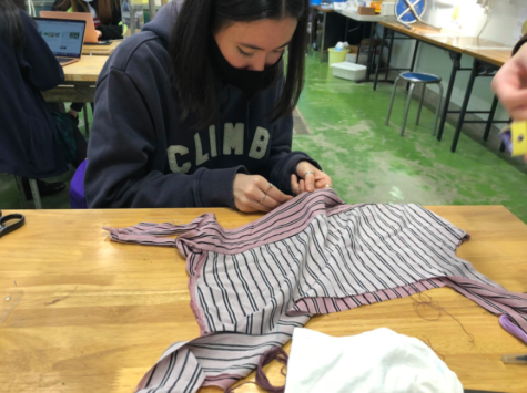 The eco-fashion class upcycling an old shirt. Image by eco-fashion class.
